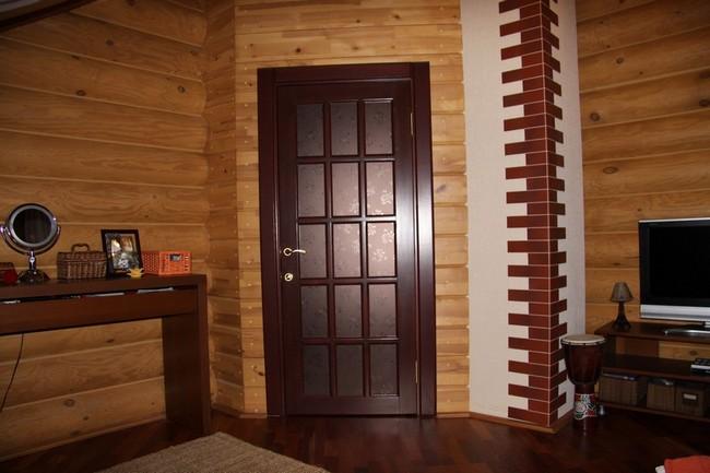 Межкомнатные двери в доме из бруса фото