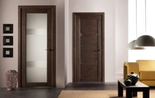 Светлая дверь с темным стеклом в интерьере